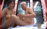 白髪のエロジジイがマジックミラー号に乗車して若い女性をハメる冥土の土産エロ動画!